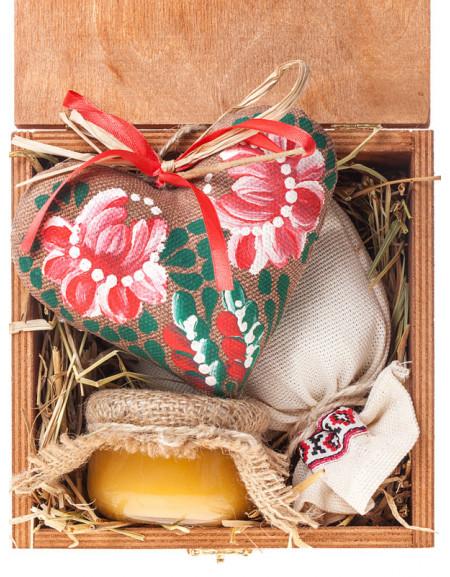 Набір №43. Дерев'яна коробка, серце, чай, мед, сіно