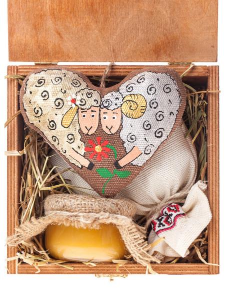 Набір №42а. Дерев'яна коробка, серце, чай, мед, сіно