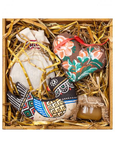 Набір №53. Дерев'яна коробка, ластівка, серце, чай, мед, сіно